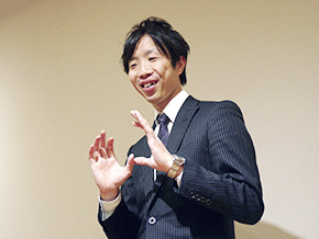 演劇に興味をもったきっかけを語る佐藤 広野さん